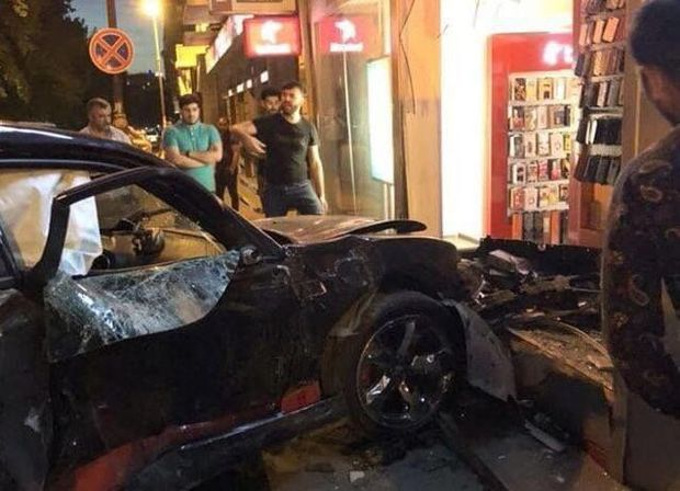 """Bakının mərkəzində """"Dodge"""" mağazaya girdi – FOTO + VİDEO"""