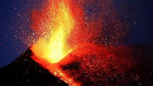 Püskürən vulkan kişinin ayağına sıçrayıb
