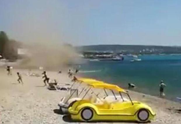 Turistlər çimərlikdə qasırğadan qaçır - VİDEO