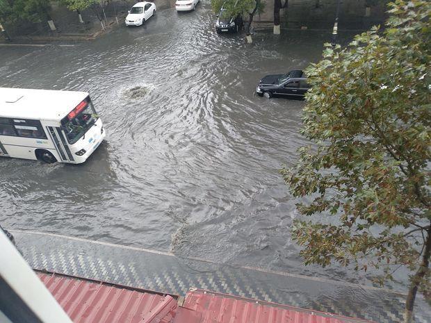 Yağışlı hava Bakıda qəzalara səbəb oldu