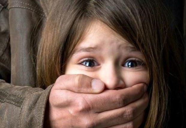 Səkkiz yaşlı qız Bakıda məhkəmədə ağladı: Ağzımı tutdu ki, qışqırmayım