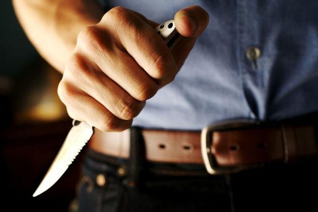 Bakıda qız üstündə qan düşdü: 14 yaşlı oğlanı bıçaqladılar