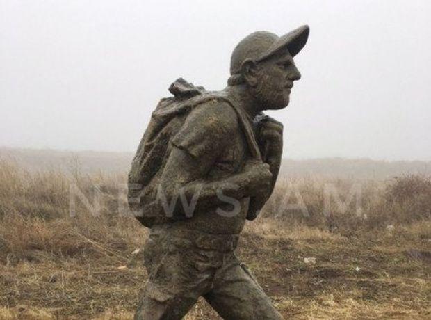 Ermənistanda Paşinyanın heykəlini dağıtdılar - FOTO