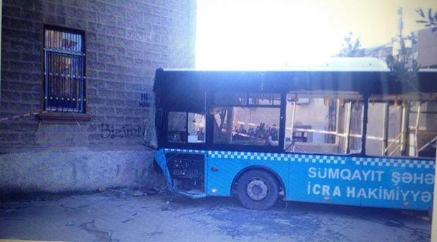 Sumqayıtda avtobus binaya çırpıldı