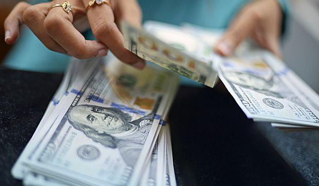 Əhali əlindəki manatı dollara çevirir