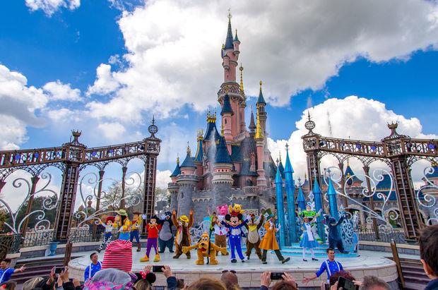 """""""Disneyland""""də """"silah səsləri"""" vahimə yaratdı"""