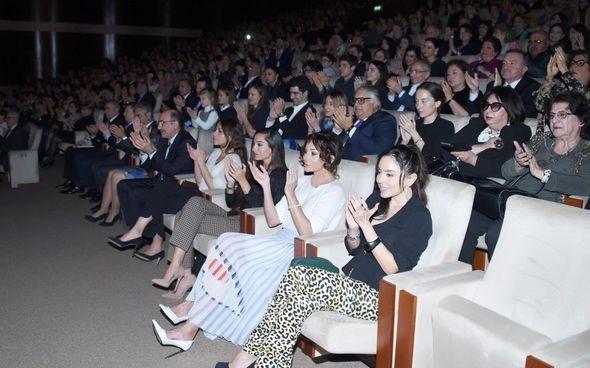 Mehriban Əliyeva qızları ilə konsertdə - FOTO