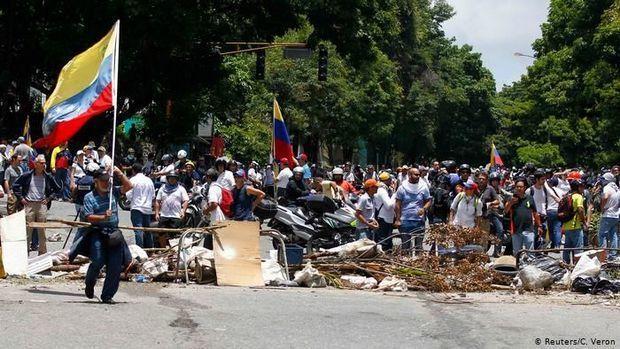 Venesuelada çevriliş başladı - YENİLƏNİB