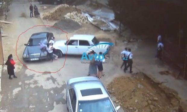 Taksi sürücüsü maşını məktəblilərə çırpdı - DƏHŞƏTLİ GÖRÜNTÜLƏR
