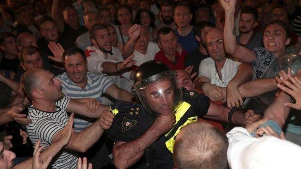 Gürcüstan parlamentinin binası qarşısında etirazçılar konsert təşkil edib