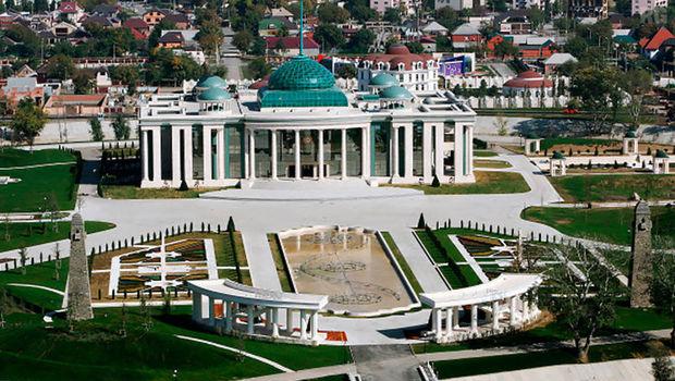 Kadırovun sarayı qarşısında polislərə silahlı hücum - VİDEO