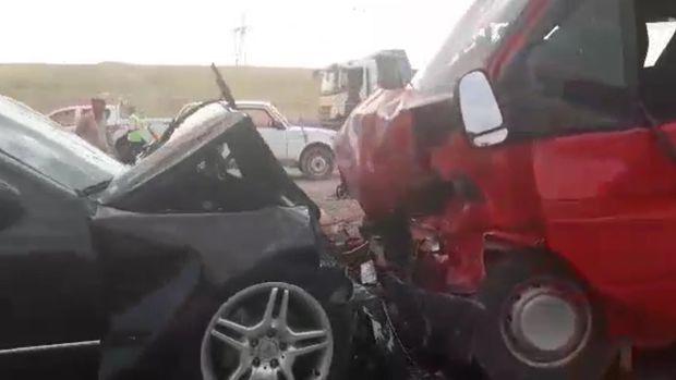 """""""Mercedes"""" qarşı yola keçib """"Ford""""la toqquşdu: yaralılar var"""