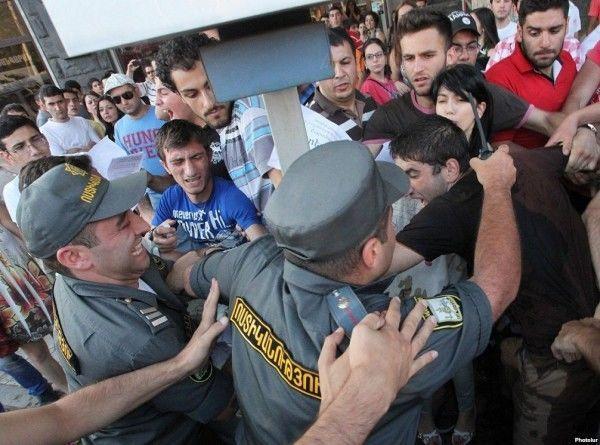 Ermənistanda iğtişaş: 13 nəfər saxlanıldı
