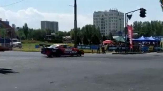 Avtoşouda sürücü maşını insanların üstünə sürdü - VİDEO