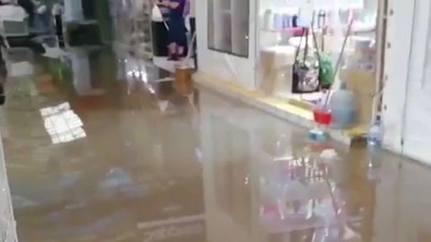 Bakıda ticarət mərkəzləri su altında