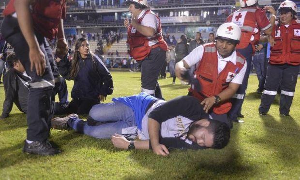 Kütləvi dava: Üç futbolçu yaralandı, dörd azarkeş öldü - VİDEO