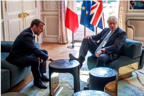 Boris Conson Makronla görüşdə ayağını stola qoydu, birmənalı qarşılanmadı