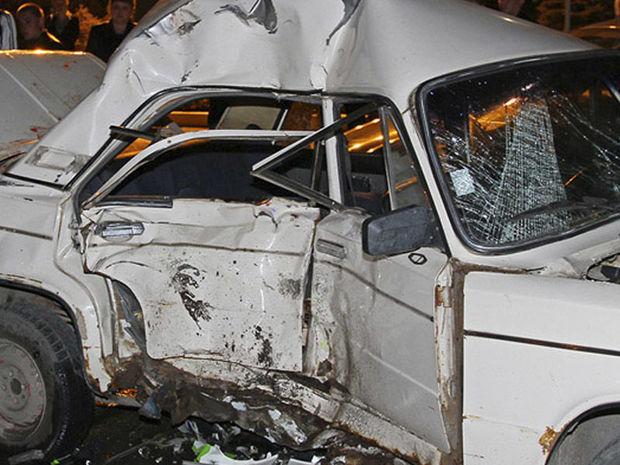 Taksi yük maşını ilə toqquşdu, sürücü və sərnişinləri ağır yaralandı