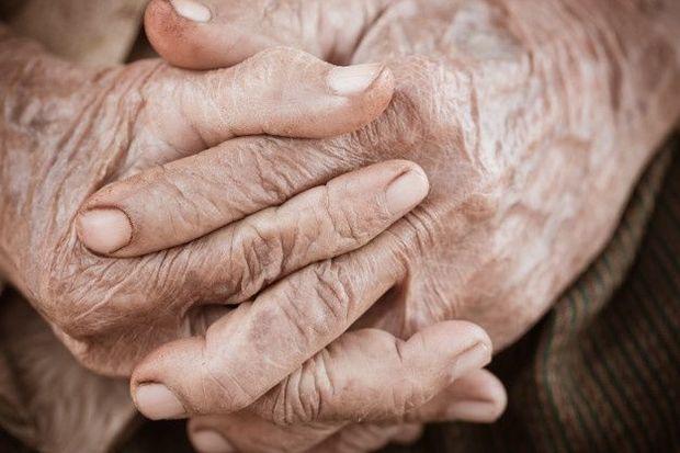 Təzyiq xəstəsi olan yaşlı kişi eyvandan yıxılıb öldü