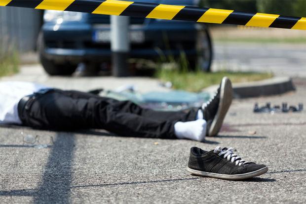 Bərdədə yol kənarında dayanan piyadanı avtomobil vurdu