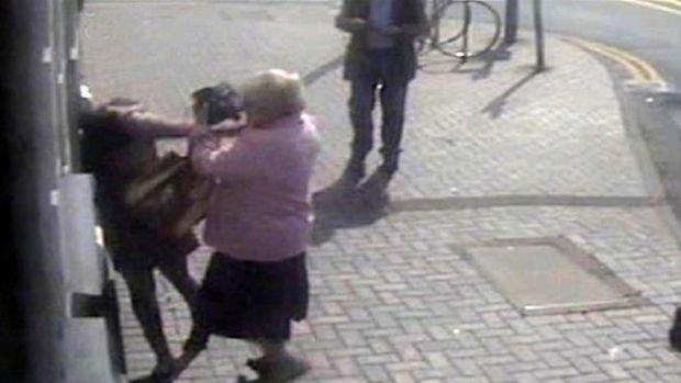 81 yaşlı qadın pulunu oğurlamaq istəyən gənc qızı döydü - FOTO/VİDEO