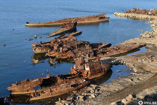 """Bakıdakı """"Ölü gəmilərin adası""""dan – FOTOREPORTAJ"""
