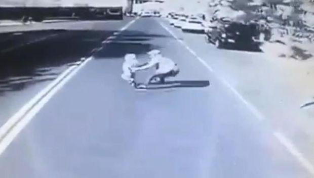Qazaxıstanda kişi övladını avtobusdan xilas etdi, özü təkərlərin altında qaldı - VİDEO