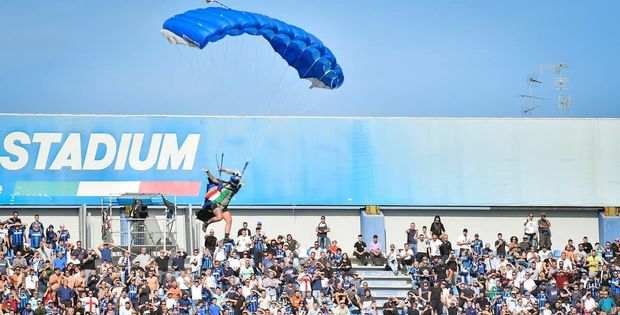 Futbol matçı zamanı paraşütçü stadiona eniş etdi - VİDEO