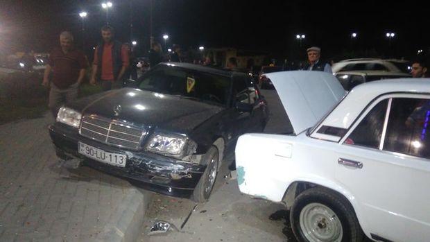 """Gəncədə zəncirvari qəza: """"VAZ""""lar və """"Mercedes"""" toqquşdu, iki nəfər yaralandı - FOTO"""