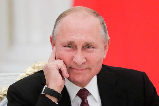 Putinin vizit kartı iki milyona satıldı - FOTO
