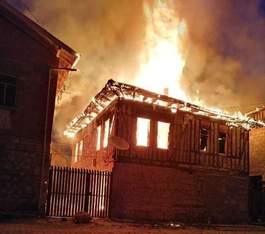 Bərdədə külək evin yanmasına səbəb oldu