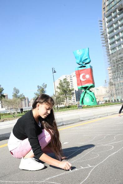 """Uşaq evlərinin sakinləri """"Mənim sevimli bayrağım"""" mövzusunda rəsmlər çəkiblər - FOTO_6"""