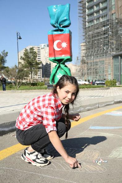 """Uşaq evlərinin sakinləri """"Mənim sevimli bayrağım"""" mövzusunda rəsmlər çəkiblər - FOTO_7"""