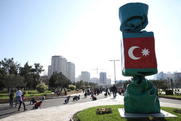 """Uşaq evlərinin sakinləri """"Mənim sevimli bayrağım"""" mövzusunda rəsmlər çəkiblər - FOTO_4"""
