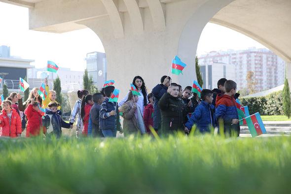 """Uşaq evlərinin sakinləri """"Mənim sevimli bayrağım"""" mövzusunda rəsmlər çəkiblər - FOTO_12"""