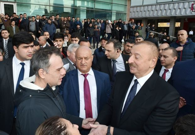 """Prezident """"28 May"""" metrostansiyasının qarşısında - VİDEO"""