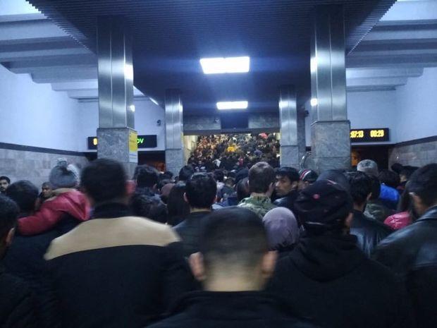 Metroda sıxlıq, sərnişinlərin çıxışında problem yarandı