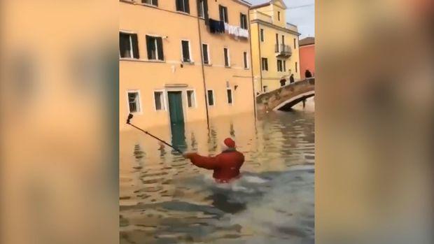 Selfi çəkən turist suya qərq oldu - VİDEO