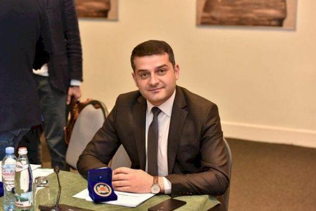 Azərbaycanlı deputat bayağı mahnıya oynadı, başından pul səpdilər - VİDEO