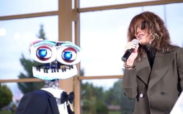 Röya pianoçu robotun müşayiəti ilə mahnı oxudu - VİDEO