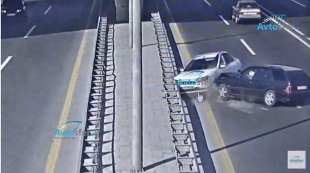 Aeroport yolunda ağır qəza: İki maşın toqquşdu - VİDEO