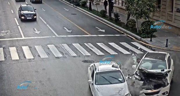 """Bakıda """"qırmızı""""da keçən taksi yolayrıcında """"KİA""""ya çırpıldı - VİDEO"""