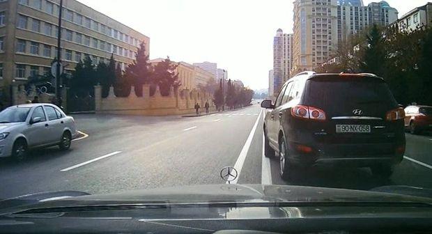 """Bakıda """"Hyundai"""" sürücüsündən təhlükəli addım: Əvvəl qarşısına keçdi, sonra yolunu kəsdi - VİDEO"""