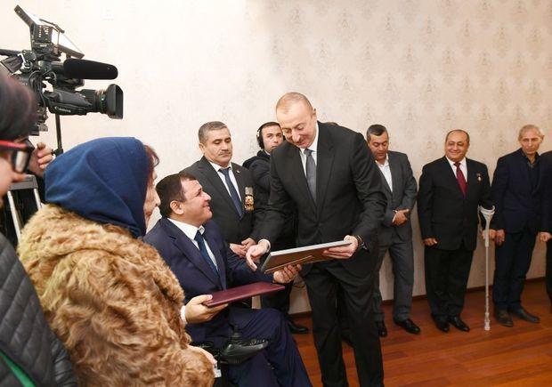 Prezident Qarabağ müharibəsi əlillərinə mənzil və avtomobillər verdi - FOTO