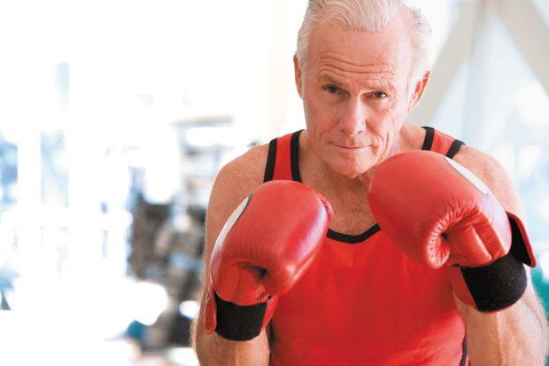 36 il sonra rinqə qayıdan 70 yaşlı boksçu döyüşü nokautla bitirdi - VİDEO