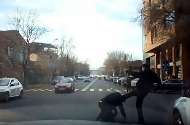 Qəza törədən kişi yaşlı taksi sürücüsünü döydü - VİDEO