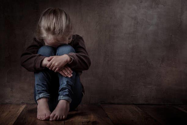 Tərbiyəçi uşaqları cəzalandırmaq üçün qaranlıq ayaqyoluna saldı - VİDEO