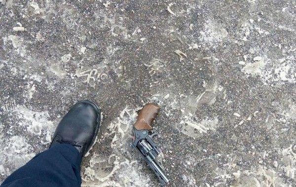 Azərbaycanlının da olduğu dəstə Rusiya polisinin gözü qarşısında silahını yerə atdı