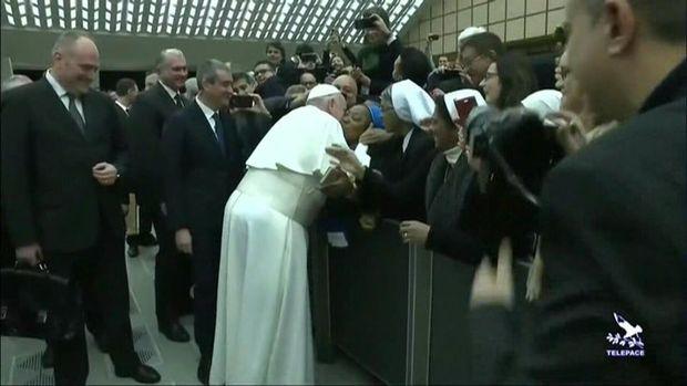 Papa hamının içində rahibəni öpdü