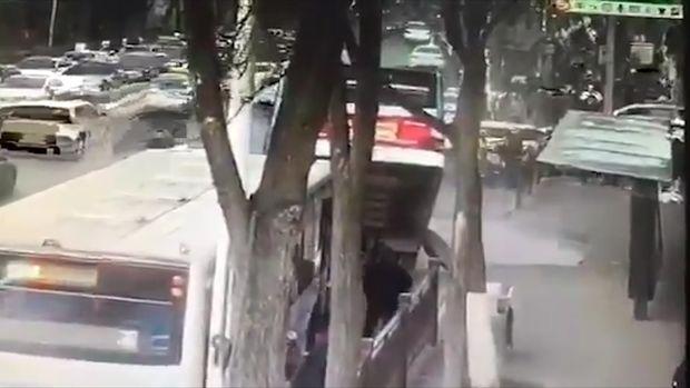 """Asfalt sərnişinlə dolu avtobusu """"uddu"""" - VİDEO"""